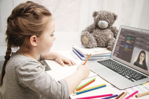 menina aula virtual professor
